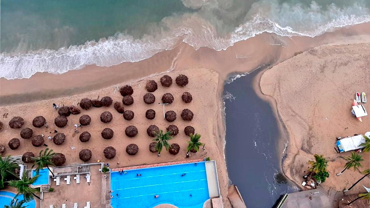 Vuelven aguas negras en mar de Acapulco
