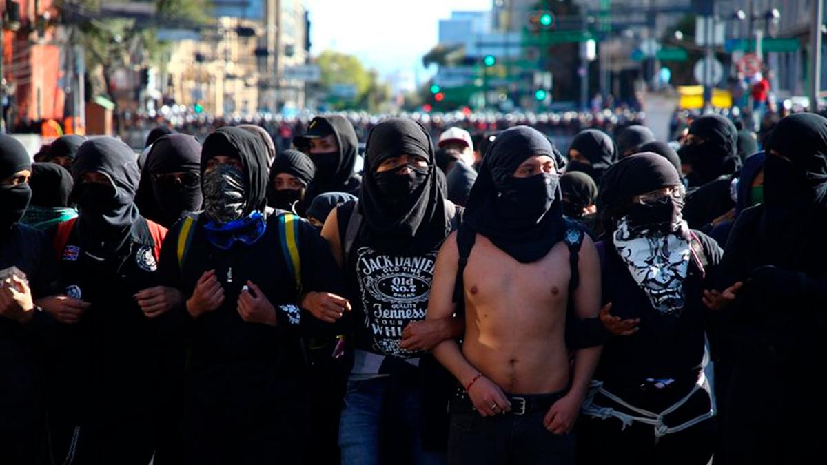 Manifestantes lanzan bombas molotov a policías durante marcha del 68